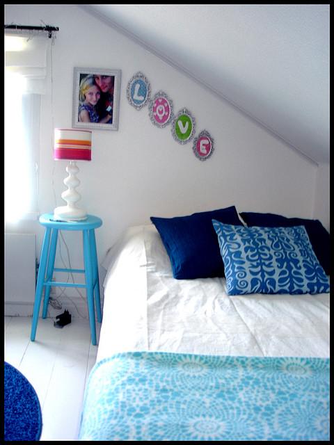 habitación abuhardillada con decoración azul