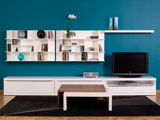 pared azul y muebles blancos