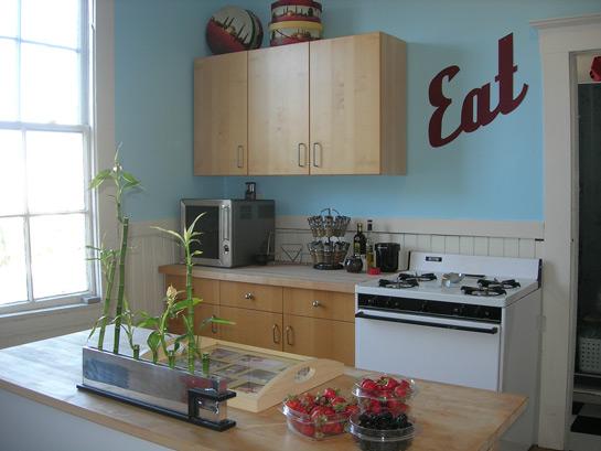 cocina decorada con pared azul
