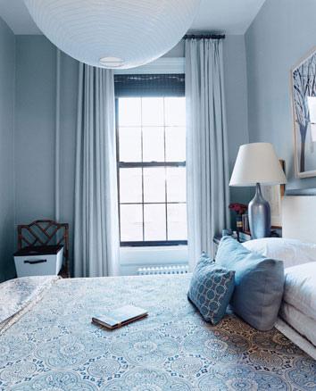 dormitorio decorado con paredes y accesorios azules
