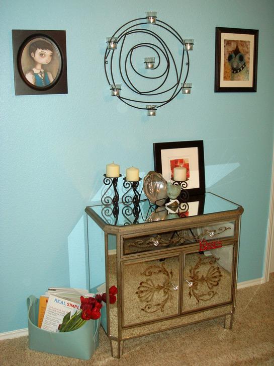 pasillo con pared azul y un mueble espejo