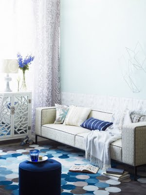 salón luminoso azul y blanco