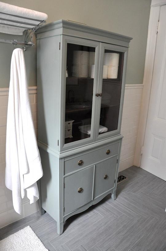 armario de estilo vintage en suelo de madera cerámica