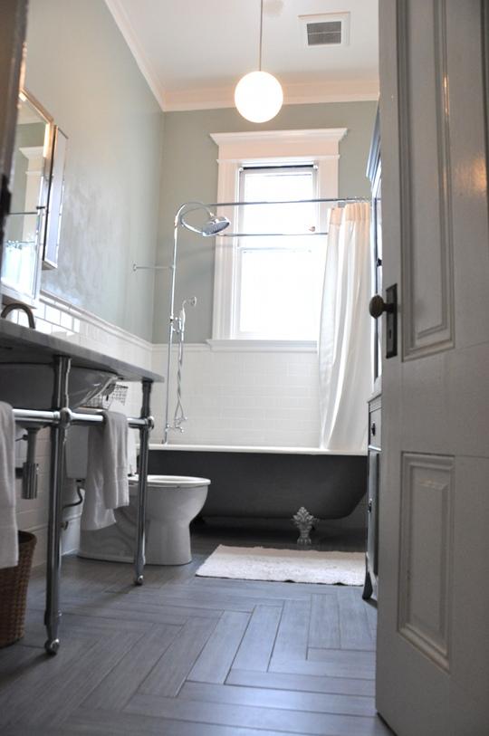 baño vintage reformado con suelo de madera cerámica