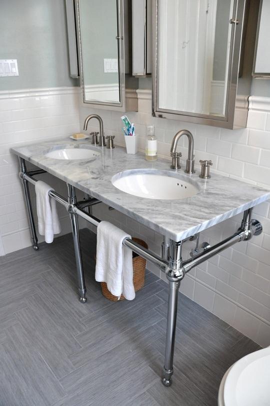 lavabo y armarios de metal, suelo de madera cerámica