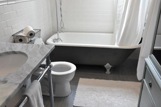 bañera de estilo vintage en suelo de madera cerámica