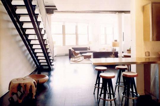 salón muy iluminado con escalera