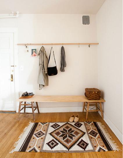 recibidor con suelo de madera y alfombra