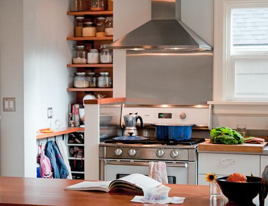 cocina con espacio de almacenamiento y de trabajo