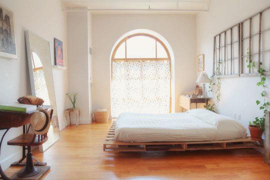 dormitorio bien iluminado y espacioso