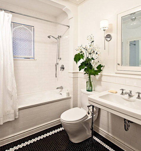 baño blanco con flores