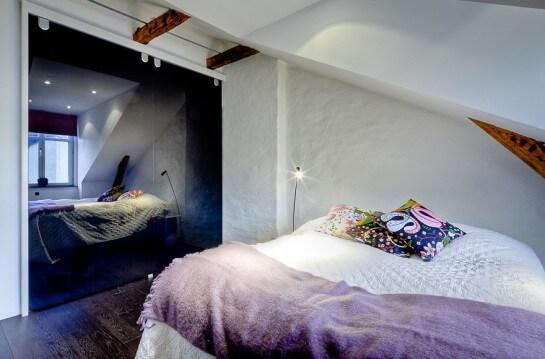 Habitación de estilo moderno con vigas de madera