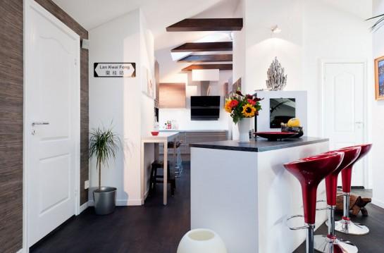 Una cocina con vigas de madera al aire